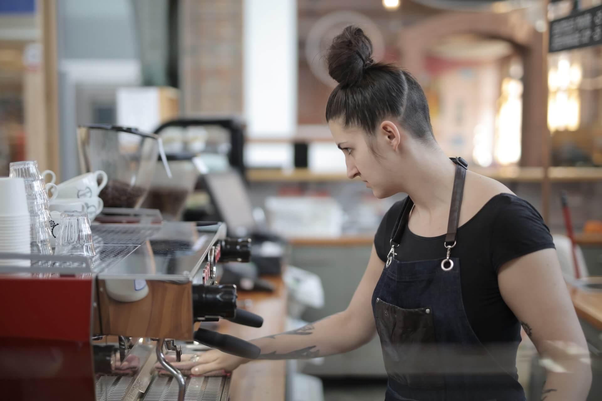 mujer en cafeteria conde seguros